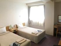 ツインルームは広々♪全室無料WiFi完備♪