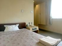 シングルルームも全部屋140CM幅ベッドで広々ご利用頂けます♪