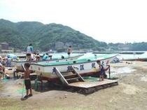 11 .ビーチでは誰でも無料で利用できる温泉の船やプールもあり、存分に海を満喫できる