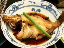 26. 丁寧に煮汁をまわしかけ仕上げる煮魚。煮汁と魚がマッチし、絶妙の味わい。(お料理一例).jpg
