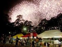 12. 8月18日から21日までの4日間、花火大会です。夜店も出ますよ