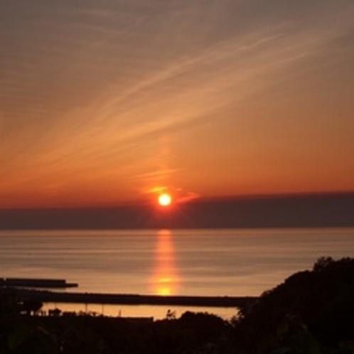 当ホテルの「夕日台」からの幻想的な知床の日没。。。