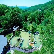 自然に囲まれたニセコ昆布温泉「最大級の混浴大露天風呂」
