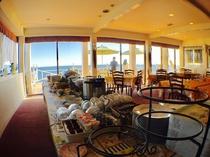 海の見えるレストランでバイキング