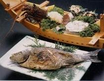 活造り入りの舟盛り(伊勢海老・あわび・サザエ入り)と旬魚の塩焼き