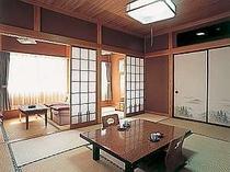 ゆとりのある客室「松」は15畳でソファーも完備している