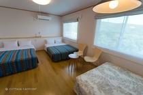 【本館コテージ】ダブルベッドが3つ、話も盛り上がる広々ベッドルーム