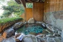 ご宿泊者のみの貸切露天風呂。土曜シーズンは24時間、オフシーズンは15時~23時でご利用いただけます