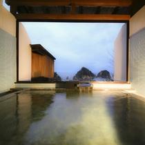 *<貸切風呂/海神>広々とした貸切風呂 脱衣所の部屋にはミネラルウォーターも用意