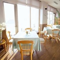 「ティーラウンジ」三四郎島と夕陽の絶景を眺めながらのティータイムはいかがですか?
