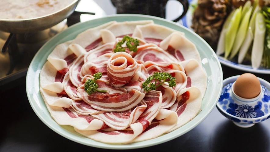 【ぼたん鍋】さっぱりとして美味しい猪肉。たまごをつけてお召し上がりください