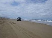 """約8Kmの""""砂の道""""はいわば、天然のアスファルト。潮風を切って爽快なドライブをどうぞ!!"""