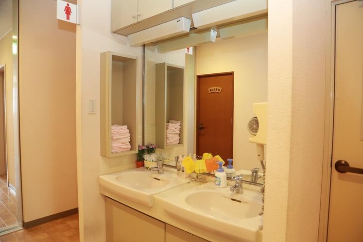 洗面台やトイレは、お部屋からすぐのところにあります。