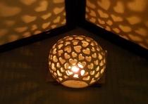 館内のあちらこちらを彩る和ろうそくの灯り