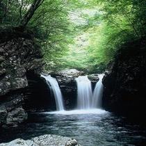 【がんだて公園三つ滝 車で5分!】三段の滝が合わさって三つ滝に見える