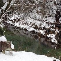 雪帽子をカぶった 川の岩たち 冬の風情です
