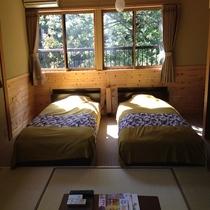 【全部屋 清流沿い癒し空間】湯屋川と、ケヤキもみじの木々が窓一面に。