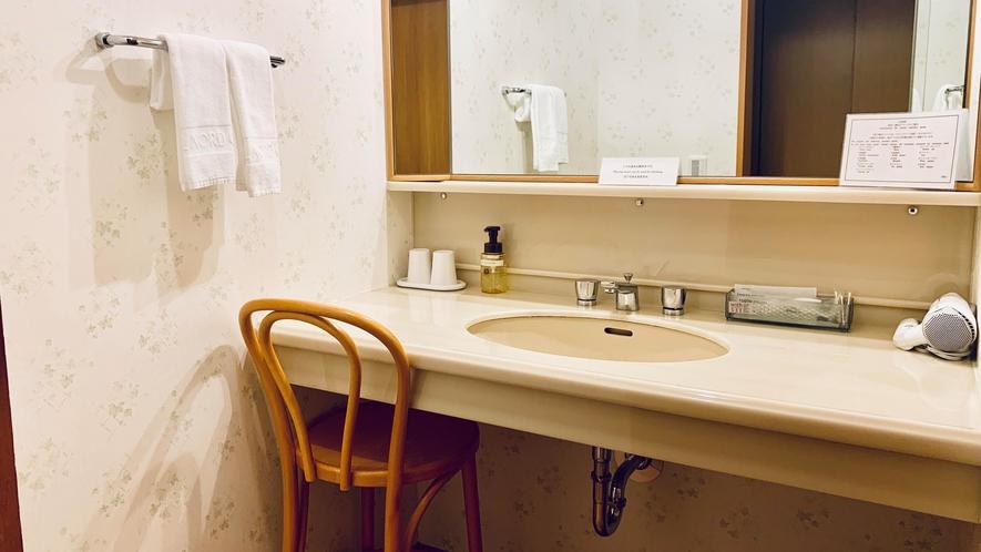 広々として使いやすいパウダールーム。三面鏡ですので、身だしなみも整えやすくなっております。