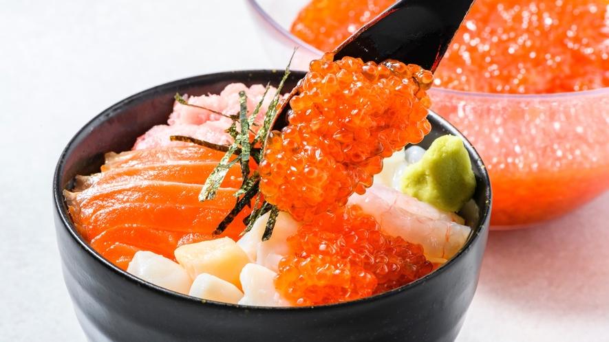 いくらもかけ放題!お好きなネタを使って海鮮丼をお楽しみください☆