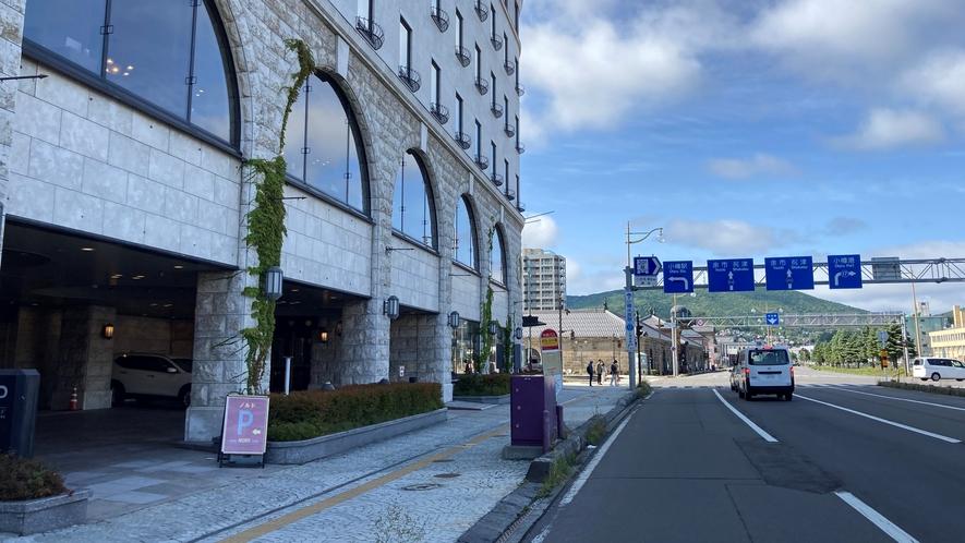 高速道路の小樽ICを降りて臨港線を約5分直進し左折「小樽駅」の看板が出ている交差点手前が入口です