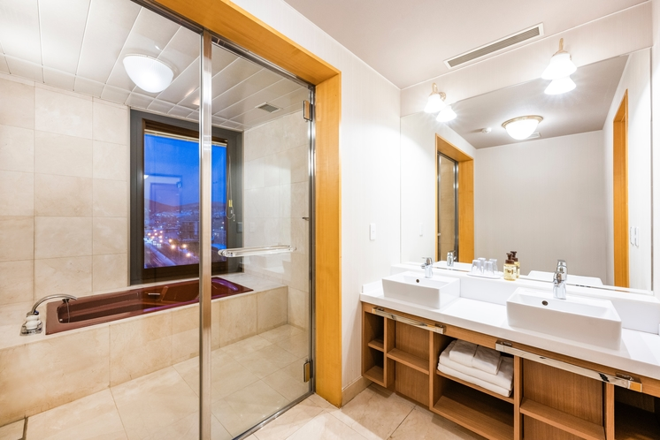 エグゼクティフ゛ツイン浴室。脱衣所も他のお部屋にはない広さで快適にご利用頂けます。
