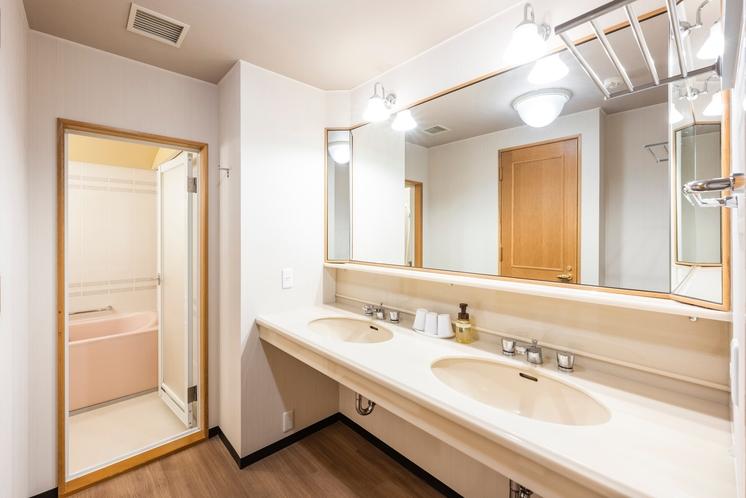 ジュニアスイート浴室。洗面台が2つありますのでお連れ様とご一緒にお使い頂けます。