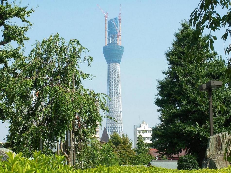 浅草寺境内から見た東京スカイツリー(撮影2010.9.11)