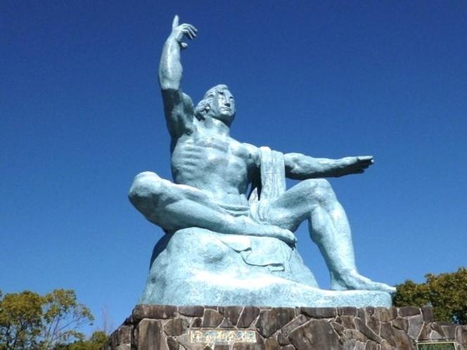 平和公園にある平和祈念像(当館より車で7分)