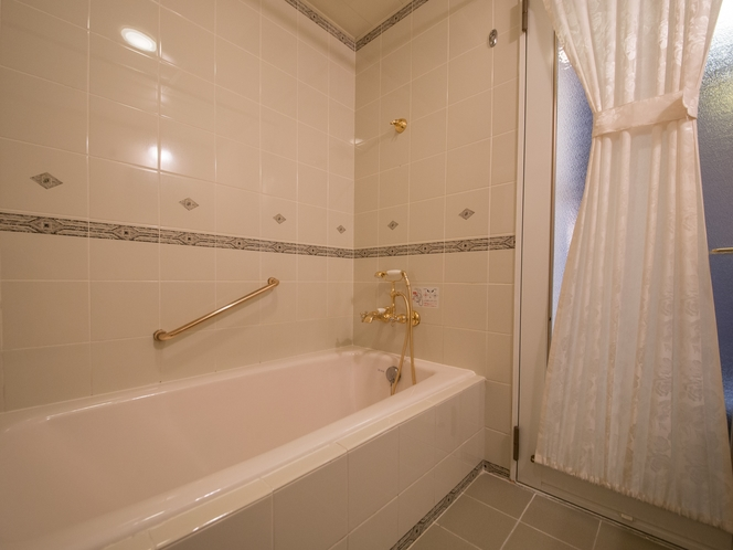 <バスルーム>足をゆったり伸ばせる広々とした浴槽。