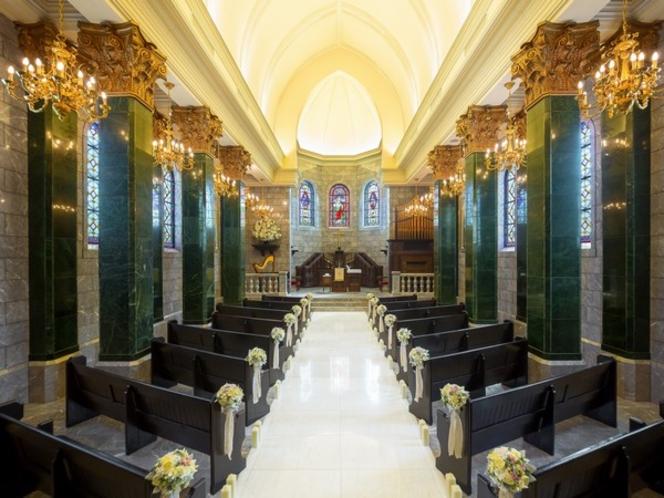 大聖堂<【セント・ロイヤル・チャーチ>時代を超えて慈愛に満ちた輝きをはなつ聖者のステンドグラス。