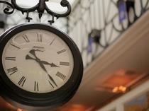 ロビーのシンボルであるイギリスから取り寄せた時計。