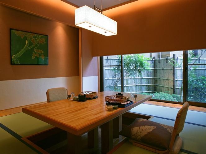 【個室お食事処】個室食事処は、和洋様々。周りに気兼ねすることなく、大切な方と水入らずで過ごす時間。