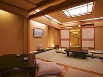 【華葉亭】掘りごたつのついた畳の温もり溢れる二間続きの和室は、ご家族やご友人とのグループ旅行に人気。