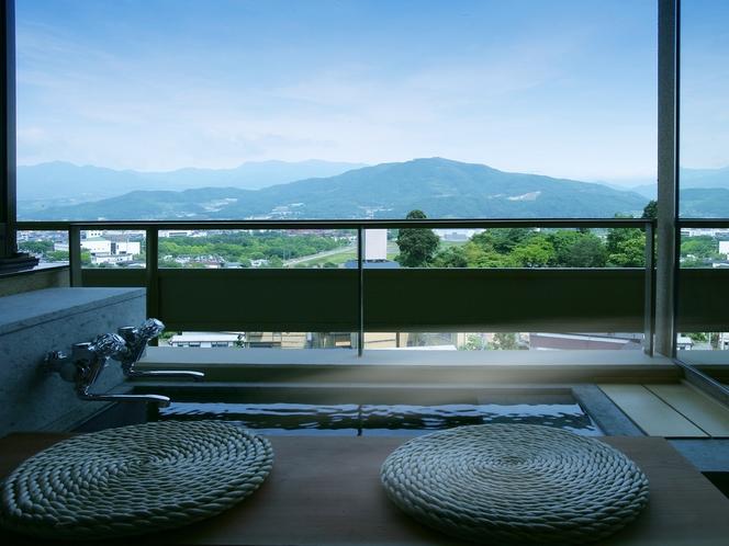 【翠葉亭】窓側のテラスには温泉の足湯付き。足湯にゆっくりと浸かりながら、大切な方との会話を愉しむ。
