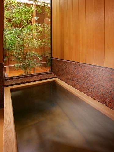 【華葉亭】お部屋のお風呂はこじんまりとしながらも源泉100%の檜風呂。坪庭を眺めながら温泉を堪能。