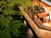 【ロビー】大きく配されたロビーの窓からは、緑豊かな中庭と優雅に鯉が泳ぐ池を眺めることができます。