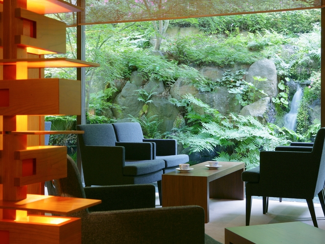 【ロビー】デザイン性と機能性を兼ね備えたソファを配置したロビー。まるで上質なリビングのような居心地。