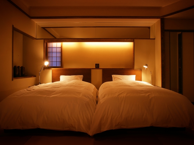 【翠葉亭】夜は快眠を誘うシモンズ製のベッドで就寝。時間を気にせず眠ることができるのも旅の醍醐味。