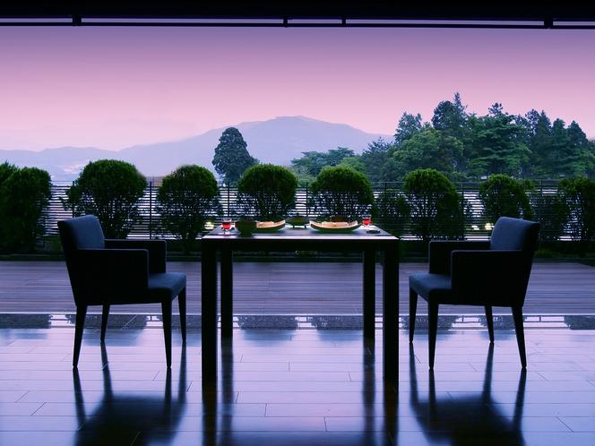 【翠葉亭夕食会場】宵闇の頃が最も美しい専用ダイニングの景色。「景色もごちそう」ということを実感。