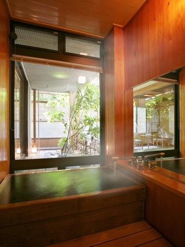 【四季亭】お部屋の内風呂も源泉100%の温泉。好きなときに好きなだけ温泉に浸かることができる贅沢。