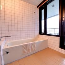 【9F和室バスルーム一例】バルコニーの先に広がる三河湾の絶景を眺めながらごゆっくりご入浴頂けます。