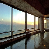 三河湾が一望できる【展望ラジウム風呂】特に夕日はスタッフ一押しの絶景です!