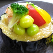 【夕食】地元農家から直接届けていただく季節の野菜。特になすは多くの種類が味わえる自慢の野菜です。