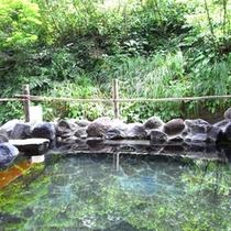【夏の露天風呂】湯面に映り込む鮮やかな木々の緑が、心にも体にも染みる自然の力を与えてくれます。