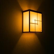 【内観】柔らかな明かりが館内を優しく照らします。和の趣をご堪能ください。