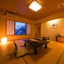 【半露天風呂付10畳】最上階の露天風呂で、自然の香りと檜の香りに包まれながら過ごす至福の時間。
