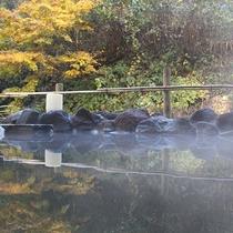 【秋の露天風呂】涼しさの混じり始めた空気を感じ、色づいた山々を眺めながら過ごすひと時。