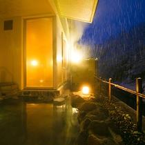 【冬の露天風呂】しんしんと降る初雪を感じながら、日本三大薬湯に数えられる温泉に身も心も癒されます。