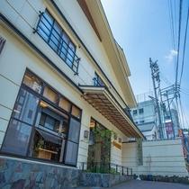 【外観】草津温泉、有馬温泉と並び称される「日本三大薬湯」の一つ、松之山温泉「玉城屋旅館」。