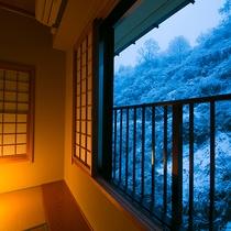 【冬の眺め】初雪に染まる松之山の自然。水墨画の世界に飛び込んだような静かな時間をお過ごしください。